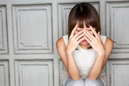 まぶたが腫れぼったくなる原因には、はやり目やものもらいなどのまぶたや結膜の病気か、もしくは、まぶた内部の脂肪が多いことが考えられます。